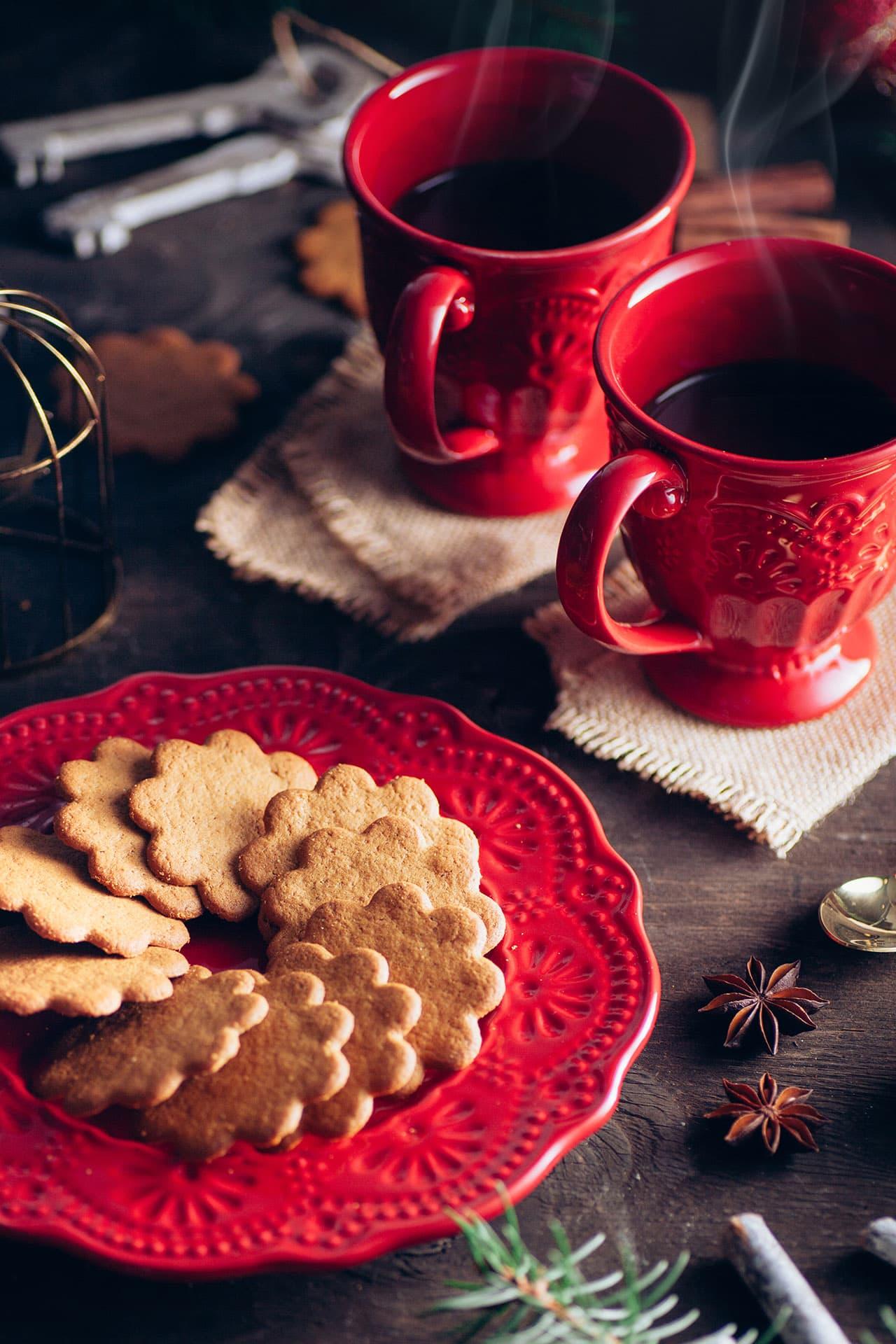 cioccolata calda fumante con tazze e piatti rossi fotografia food e storytelling editoriale advertising ristorazione udine treviso gorizia friuli venezia giulia veneto nord italia