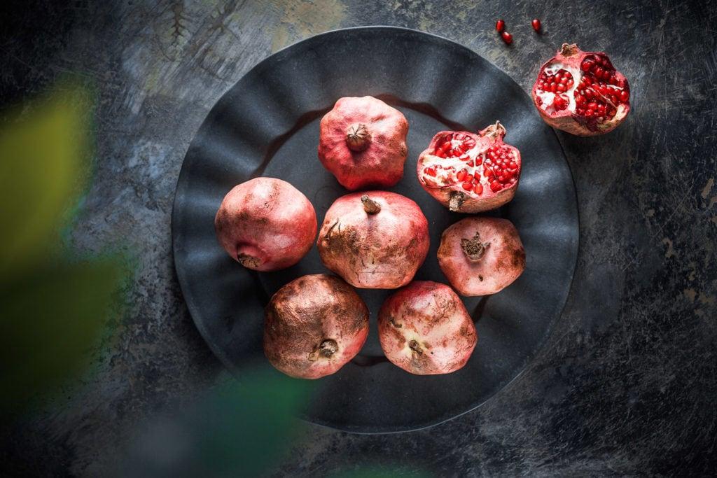 melograni su fondo dipinto a mano da artigianato locale fotografia food editoriale advertising ristorazione udine treviso gorizia friuli venezia giulia veneto nord italia