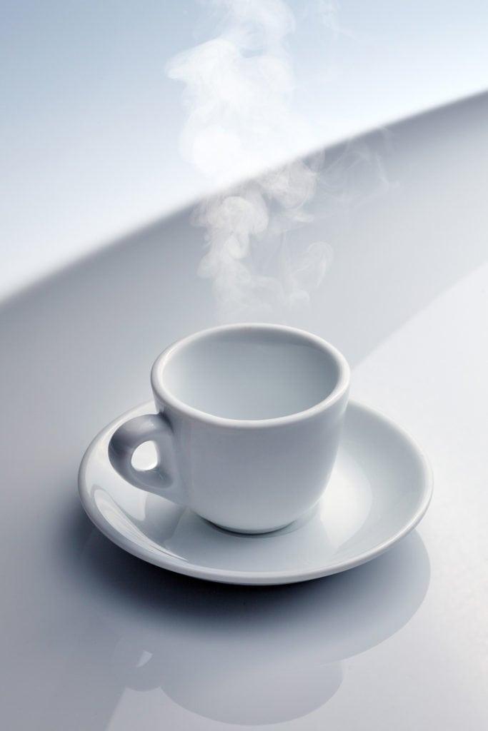 tazzina di caffe con fumo e vapore su piano riflettente per advertising torrefazione treviso fotografia food udine treviso gorizia friuli venezia giulia veneto nord italia