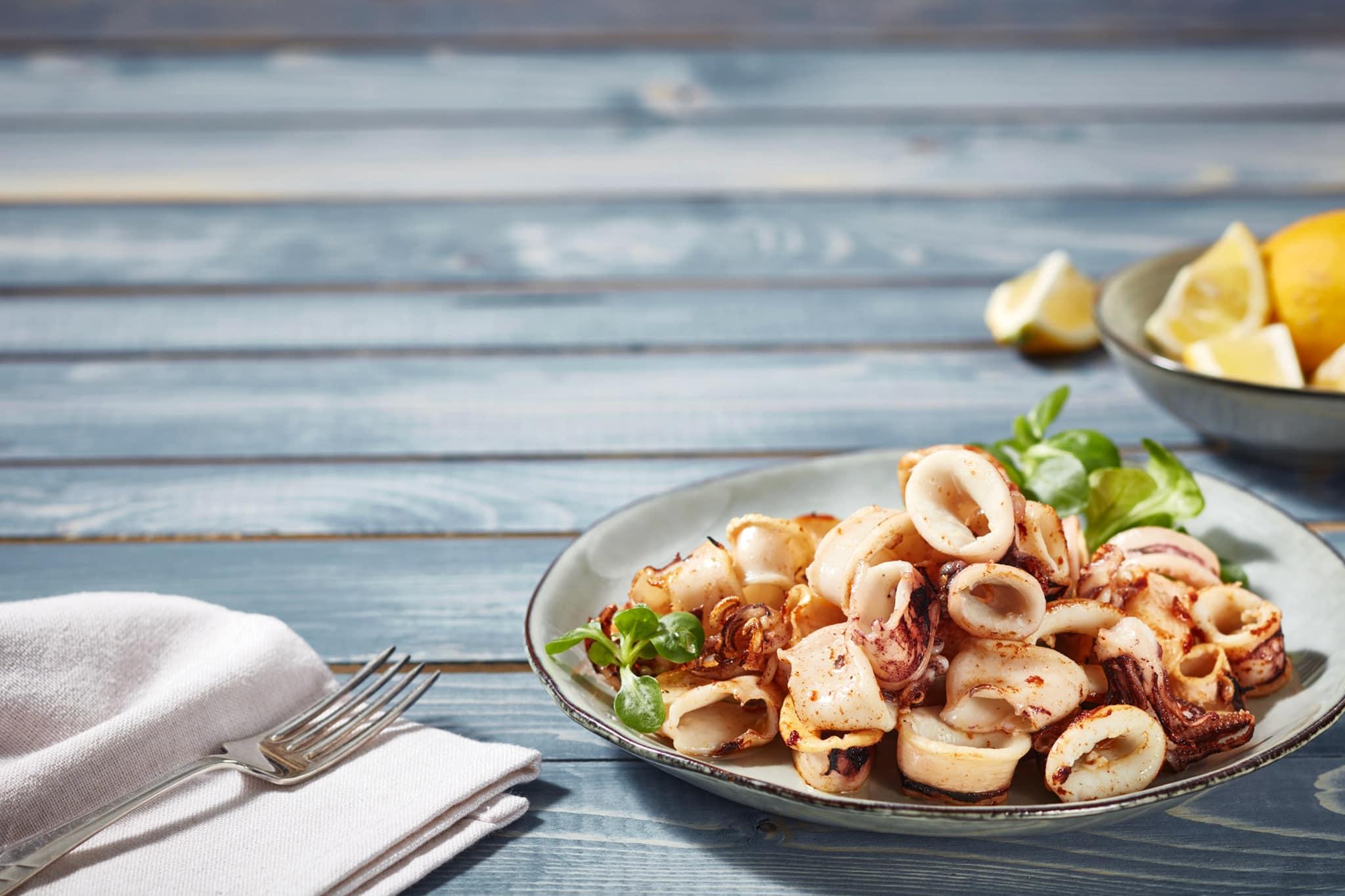fotografo food calamari fritti advertising commerciale surgelati su fondo blu per packaging milano roma bologna modena padova