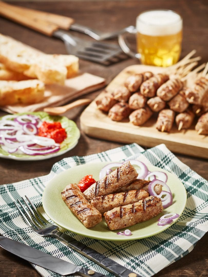 fotografo food cevapcici alla griglia grigliati con birra e ajvar fotografo commerciale trieste advertising