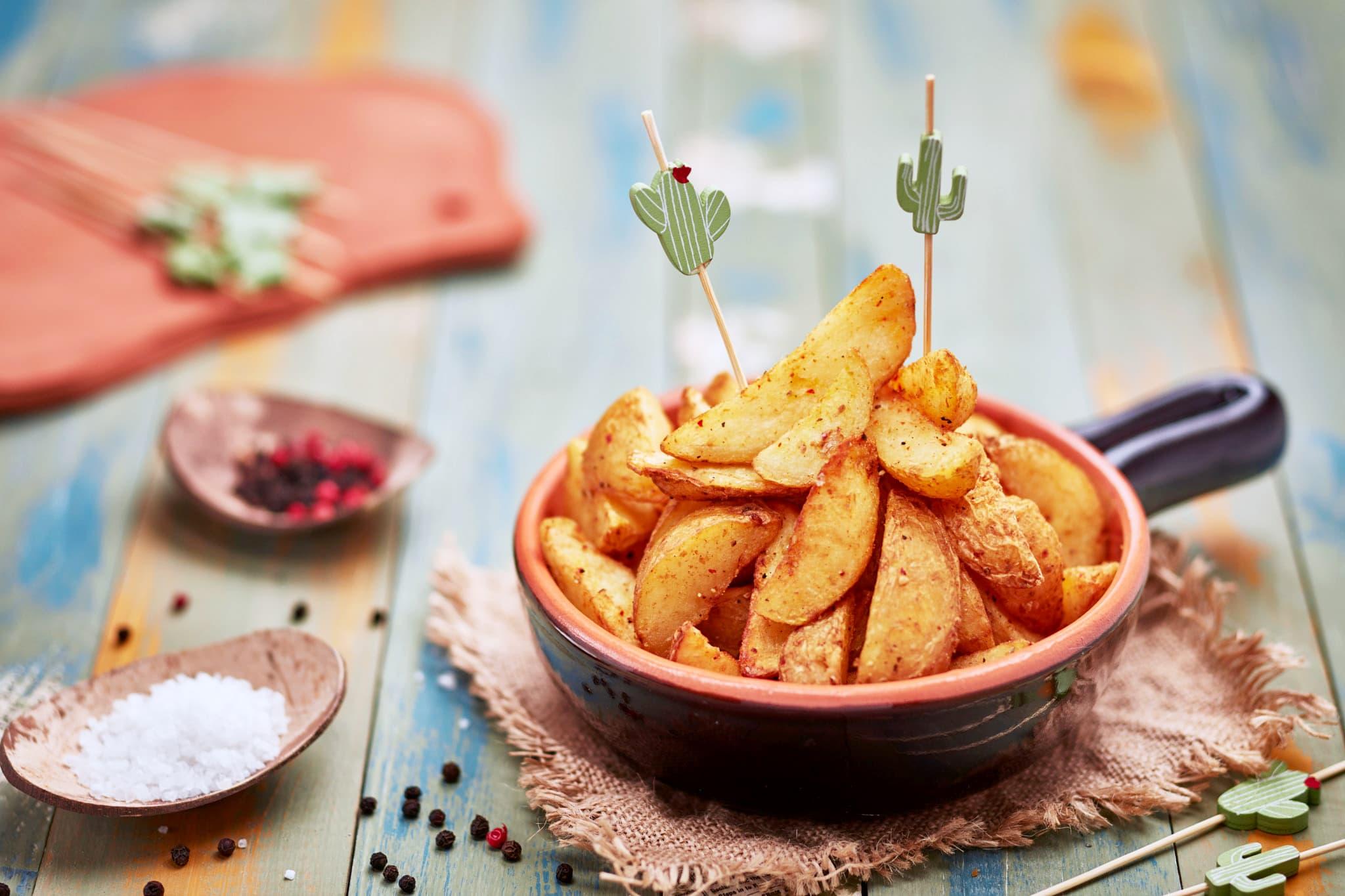 Fotografia food advertising commerciale e editoriale con food styling di prodotti alimentari surgelati patate fritte su fondo di legno dipinto a mano milano lombardia veneto trieste udine